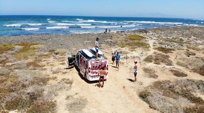 Van der Billabong Surfschule Fuerteventura geparkt vor einem Surfspot